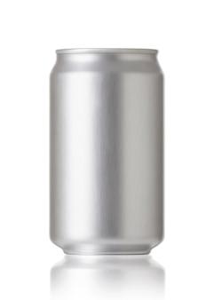 Canettes en aluminium isolés sur fond blanc