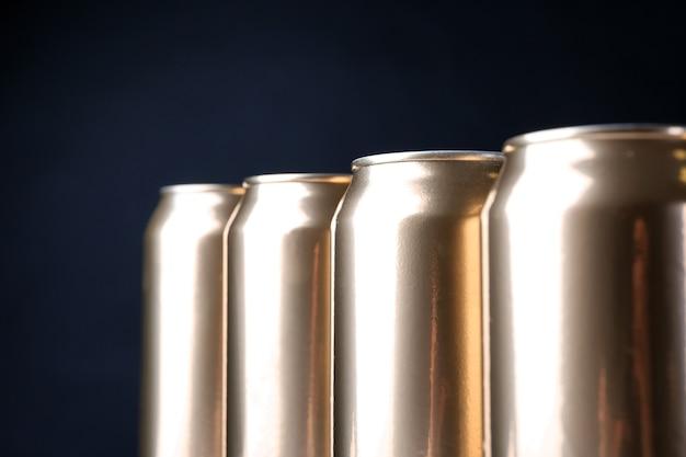 Canettes de bière sur fond sombre, gros plan