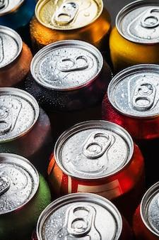 Canettes de boissons sucrées et de bière