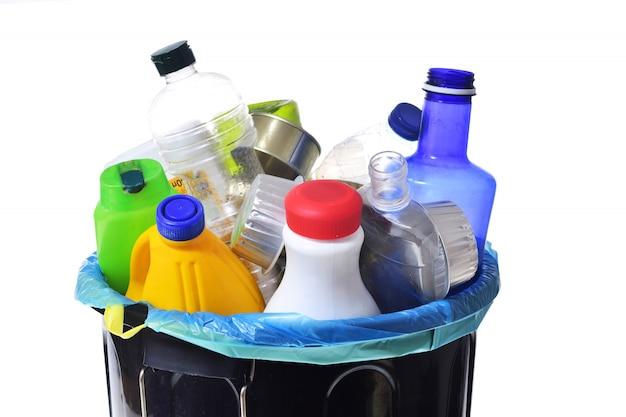 Canettes et bouteilles sur fond noir