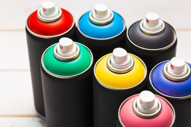 Canettes de peinture en aérosol bouchent