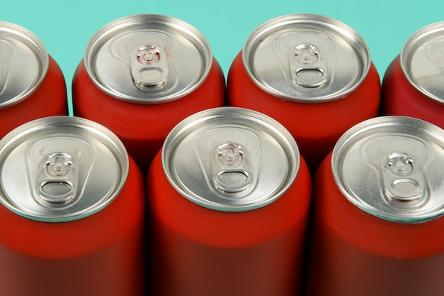 Canettes de soda rouge alignées vue du dessus