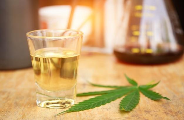 Cannabis à l'huile sur la table de l'expérience