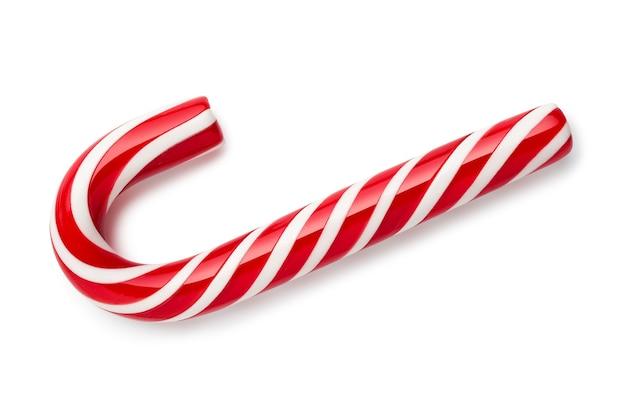 Canne en bonbon à la menthe poivrée blanche avec des rayures rouges. douceur de noël sur fond blanc. mise à plat, vue de dessus