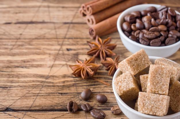 Canne à la cassonade, grains de café et cannelle avec anis sur bois