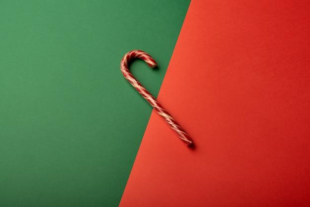 Canne à sucette sur fond vert et rouge vif
