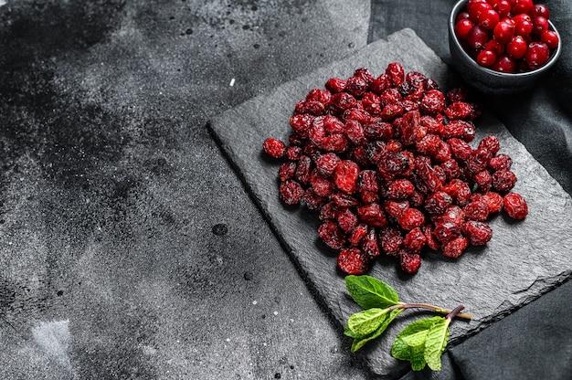 Canneberge séchée rouge et feuilles de menthe fraîche baies biologiques