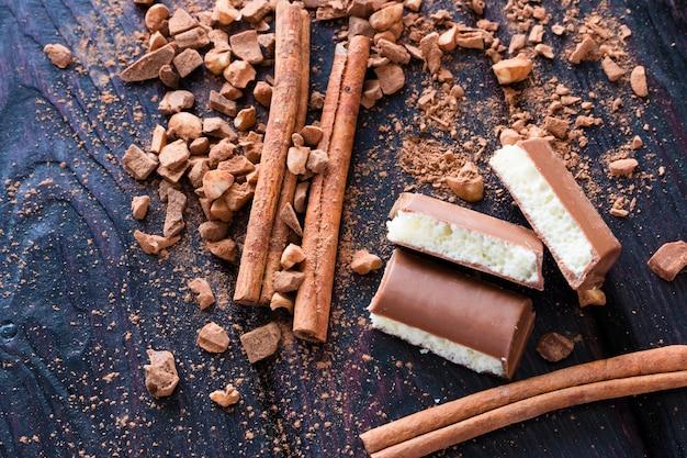 Cannelle, cacao et chocolat aéré avec noix sur la vue de dessus