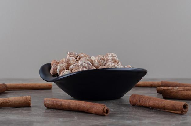 Cannelle et confiserie sur le dessous de plat, sur la surface en marbre