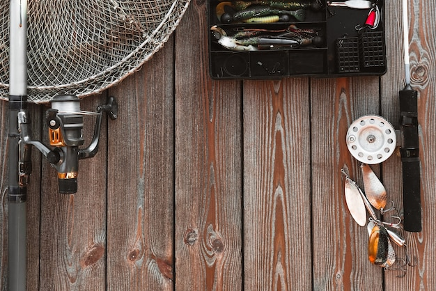 Cannes à pêche et agrès sur le fond en bois