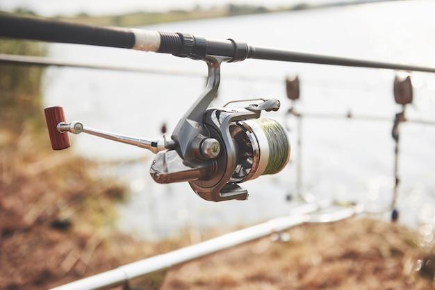 Cannes à pêche carpe debout sur des trépieds spéciaux. bobines coûteuses et un système radio de crochet