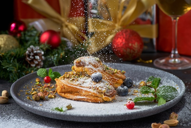 Cannoli siciliani - dessert traditionnel farci à la crème de ricotta et aux pistaches