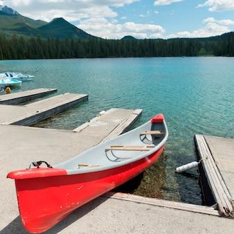 Canoë, à, dock, dans, beauvert, lac, jasper parc national, alberta, canada
