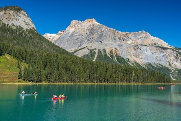 Canoë sur le lac emerald en été