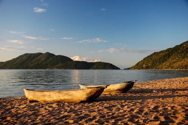 Canoës sur le lac malawi