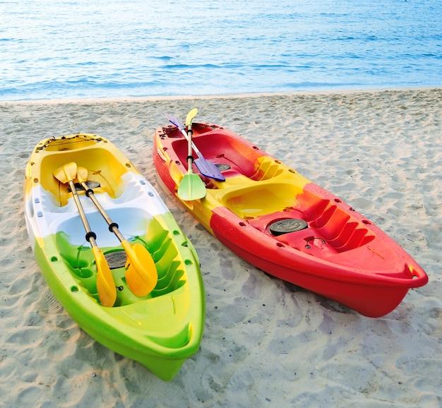 Canoës sur la plage.