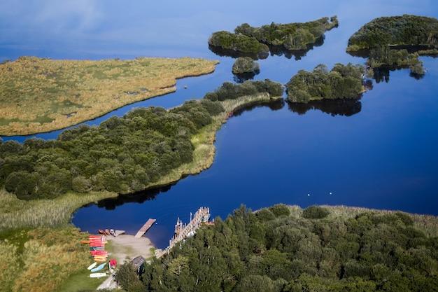 Canoës sur le rivage de derwentwater en cumbria