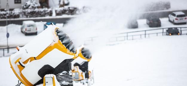 Canon à neige, machine ou pistolet qui neige les pistes ou la montagne pour les skieurs et snowboardeurs, neige artificielle
