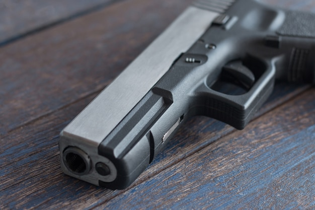 Canon de pistolet bouchent sur fond en bois