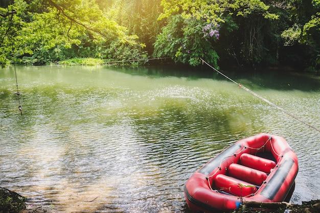 Canot pneumatique sur un canal au contryside de la thaïlande