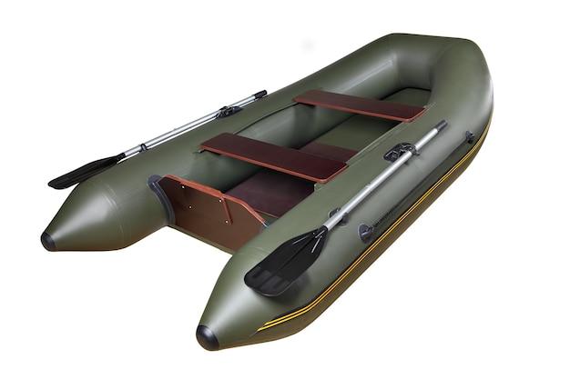 Un canot pneumatique à moteur d'aviron, bateau vert foncé, caoutchouc et pvc avec deux sièges sans corps de personnes, isolé sur fond blanc.