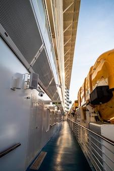 Canot de sauvetage de sécurité sur le pont d'un navire de croisière