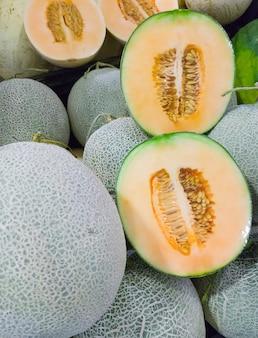 Cantaloup bio frais avec la pellicule de plastique.