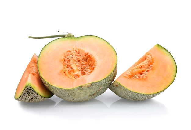 Cantaloup, moitié pastèque et une tranche divisée sur fond blanc.