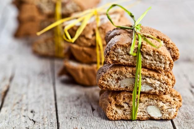 Cantuccini frais de biscuits italiens faits maison avec des graines d'amande sur la table en bois ructic
