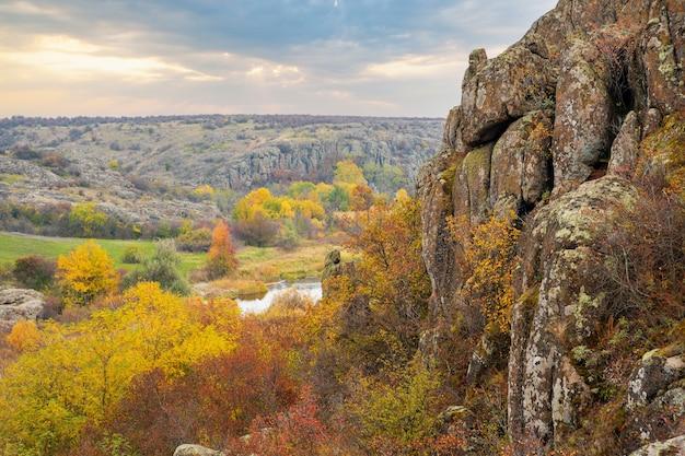 Le canyon d'aktovsky en ukraine a entouré de grands rochers en pierre