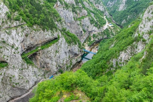 Canyon avec beaucoup de végétation sur une rivière.