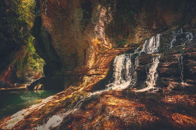Canyon de martvili en géorgie. beau canyon avec cascade dans la roche et rivière de montagne. endroit à visiter. paysage naturel. fond de voyage. vacances, sport, loisirs. filtre tonifiant rétro vintage