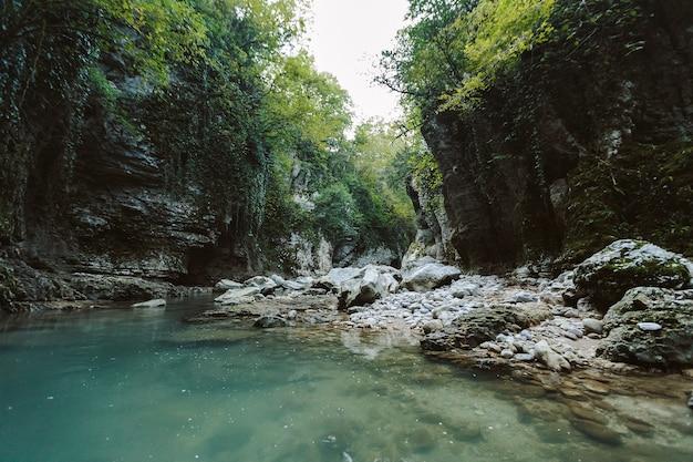 Canyon de martvili en géorgie. beau canyon naturel