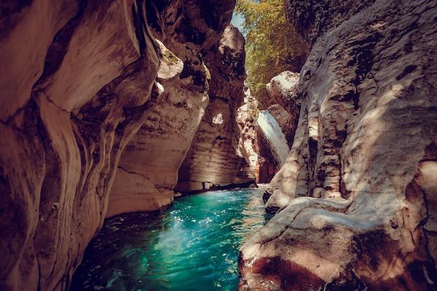Canyon de martvili en géorgie. beau canyon avec rivière de montagne aux eaux bleues. endroit à visiter. paysage naturel. fond de voyage. vacances, rafting, sport, loisirs. filtre tonifiant rétro vintage