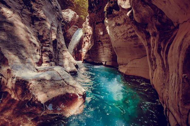 Canyon martvili en géorgie. paysage nature