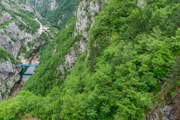 Canyon pittoresque de la rivière piva près du barrage de mratine.