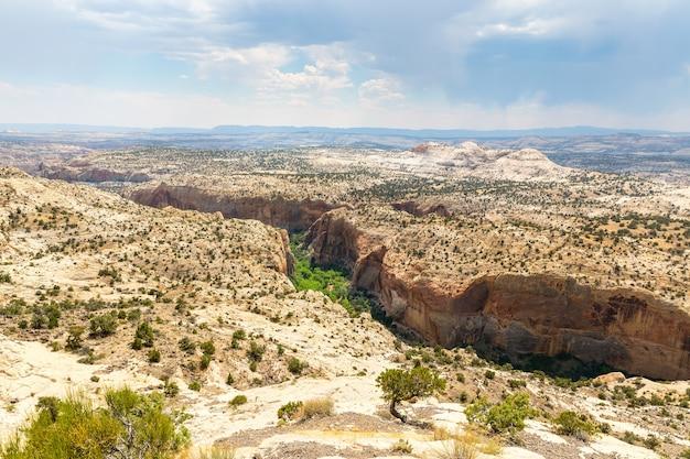 Canyon profond, rochers et montagnes