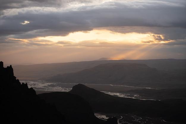 Canyon et sommet de la montagne pendant le coucher du soleil spectaculaire et coloré sur le sentier de randonnée fimmvorduhals près de thorsmork.
