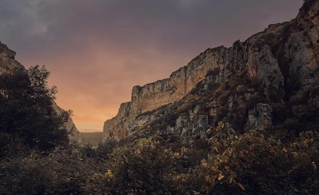 Canyon traversé par une rivière au coucher du soleil