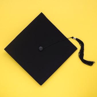 Cap académique sur fond jaune