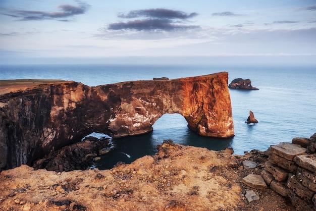 Cap dyrholaey au sud de l'islande. paysage côtier