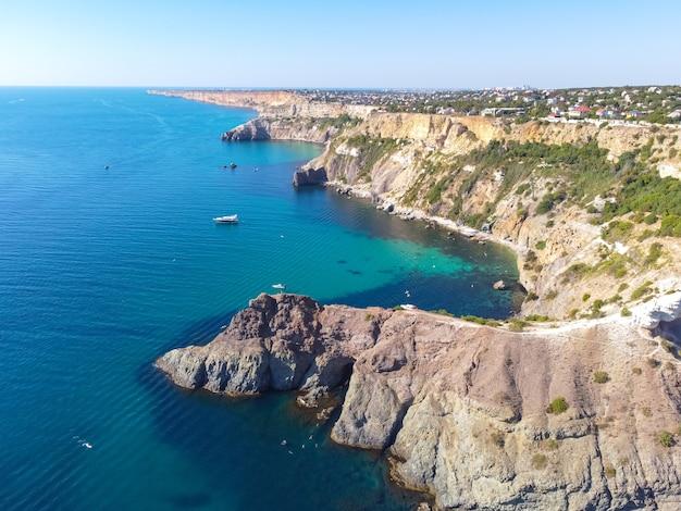 Cap fiolent. belle vue sur la côte de la mer noire au cap fiolent en été par temps clair. vue aérienne de la magnifique côte de la mer avec de l'eau turquoise et des rochers