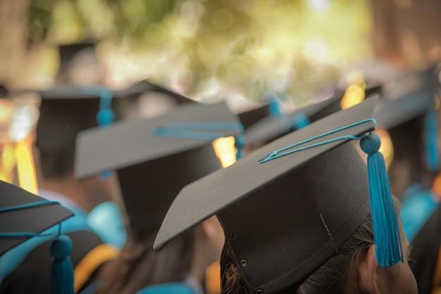 Cap de l'obtention du diplôme de l'avant femelle dans la rangée de la cérémonie de remise des diplômes