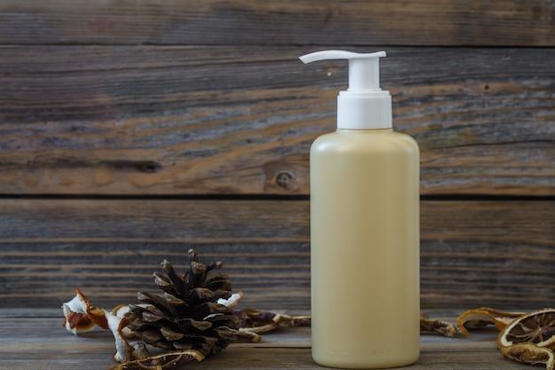 Capacité cosmétique sur un beau fond en bois, un pot de savon, place pour le texte