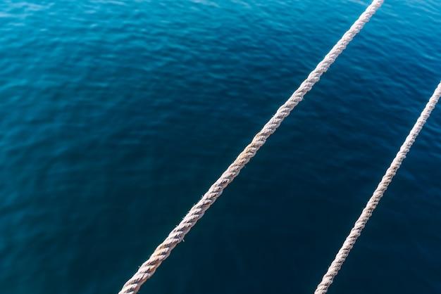 Capes d'un bateau traversant avec la mer à l'arrière-plan et une salle pour le texte.