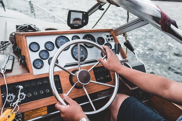Capitaine à la barre d'un vieux yacht, tableau de bord.