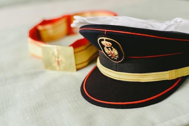 Capitaine chapeau et ceinture d'uniforme militaire.