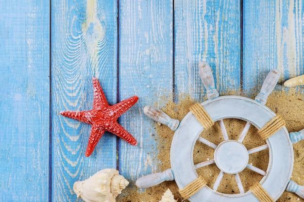 Capitaine volant sur coquillages et étoiles de mer sur bordure rustique