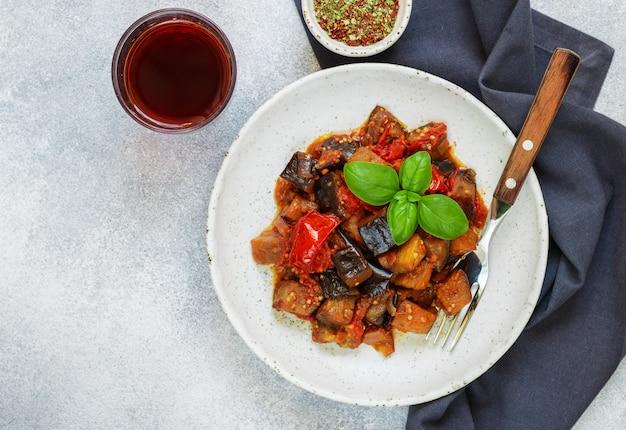 La caponata est un plat traditionnel sicilien. ragoût de légumes