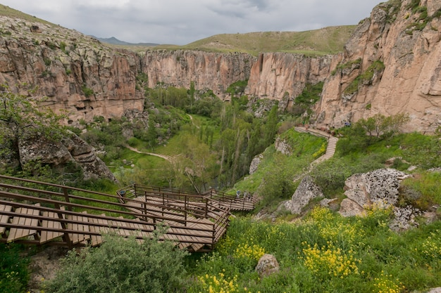Cappadoce: canyon rocheux de la vallée d'ihlara, superbe paysage nuageux d'été. dinde